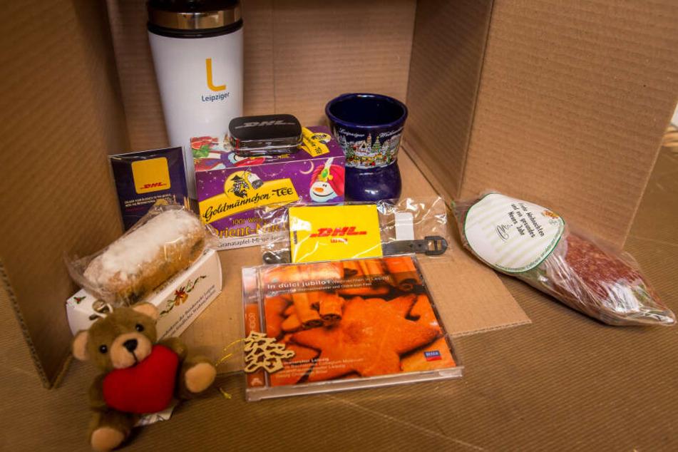 Im weihnachtlichen Heimat-Paket stecken unter anderem eine CD des Thomanerchors, eine Glühweintasse vom Weihnachtsmarkt, Stollen und Tee.