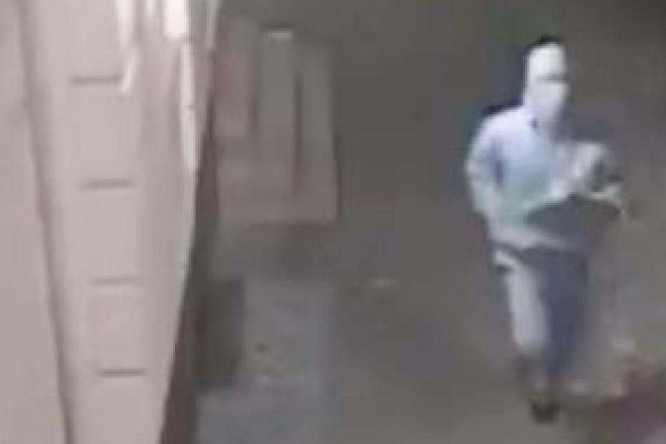 Dieser weiß vermummte Mann soll zuvor mehrere Schüsse auf einen 24-Jährigen abgegeben haben.
