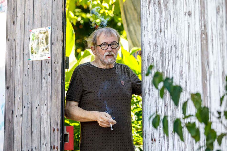 """Kunsthof-Betreiber Uwe Piller (64) raucht erleichtert seine Zigarette """"danach"""": Gerade musste der Gerichtsvollzieher wieder abrücken."""