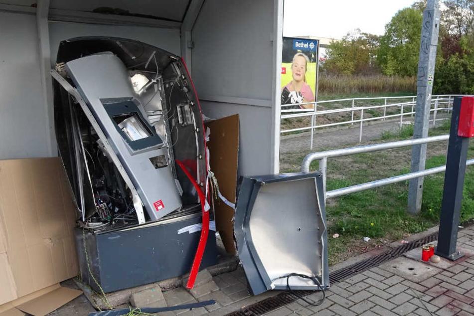 """Der Fahrkartenautomat, der vor kurzem am S-Bahn-Haltepunkt """"Südstadt"""" in Halle (Saale) in die Luft gejagt wurde."""