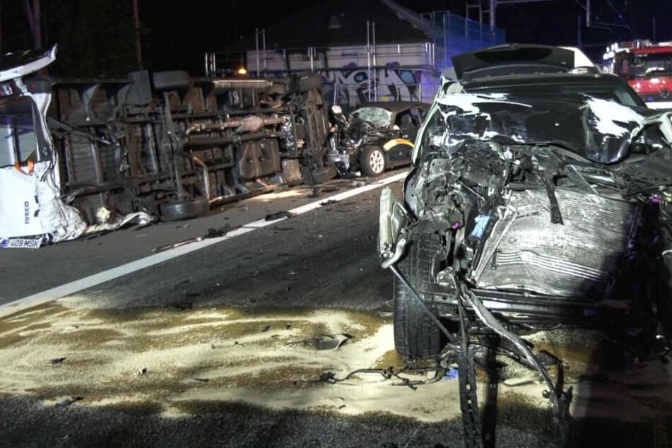 Das Foto zeigt mehrere Auto-Wracks auf der A5 bei Langen.
