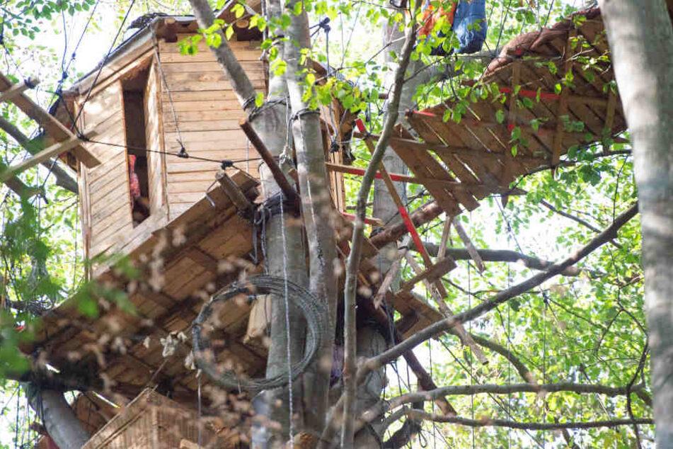 Der Mann war ersten Angaben zufolge durch eine Hängebrücke gebrochen und abgestürzt.