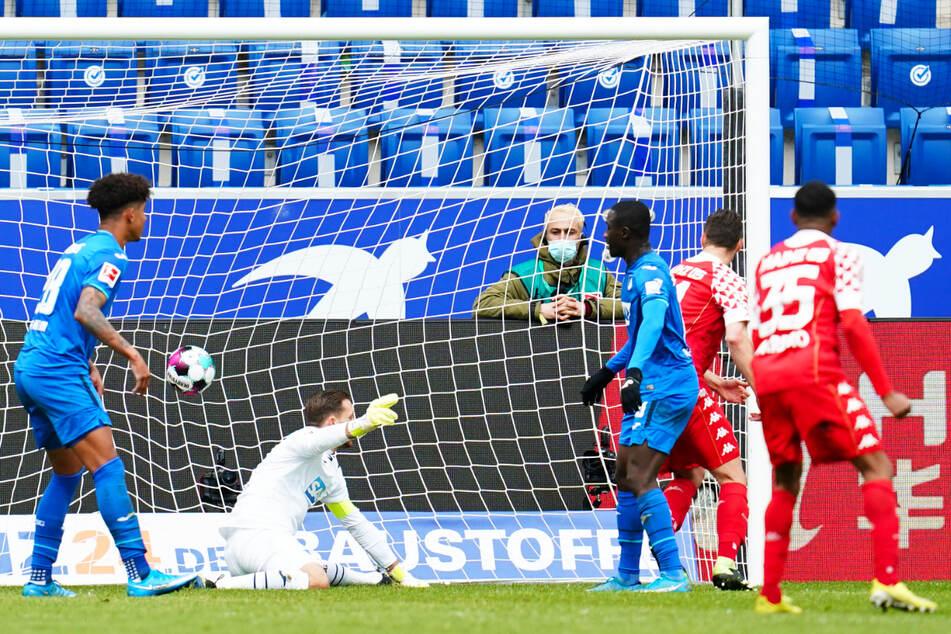 Der Siegtreffer: Dominik Kohr (2.v.r.) erzielt das 2:1 für den 1. FSV Mainz 05. Hoffenheims Keeper Oliver Baumann (2.v.l.) ist machtlos.