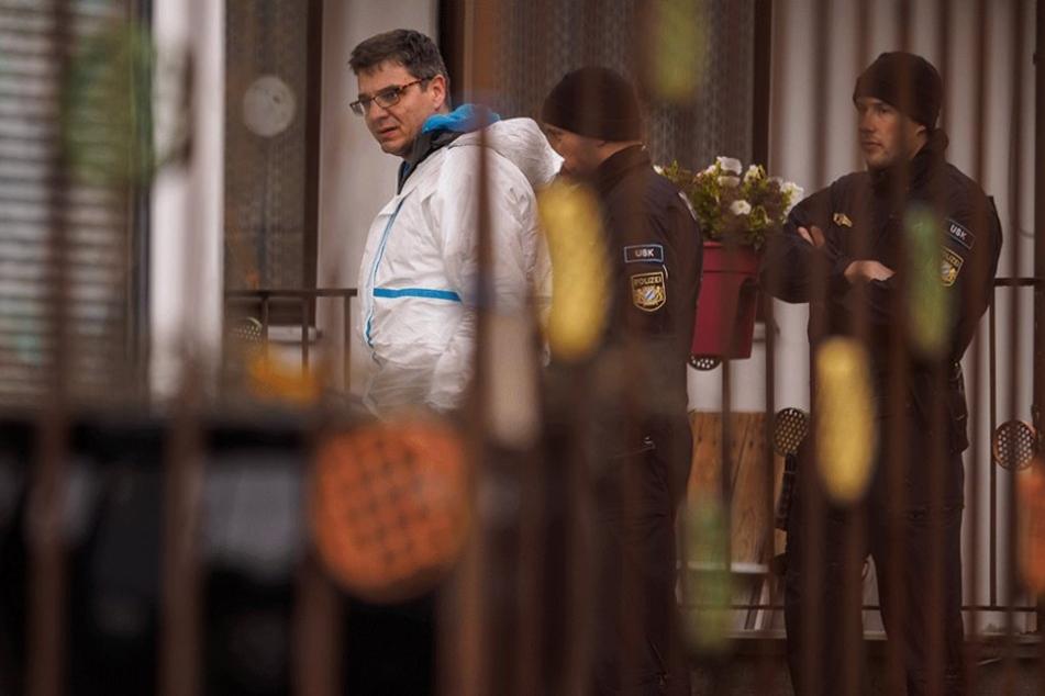 Polizisten der Spurensicherung und des Unterstützungskommandos (USK) bei der Durchsuchung des Grundstücks.