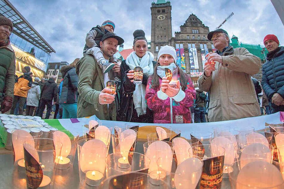 Kerzen für den Frieden: Am Abend soll eine große Friedenstaube zum Leuchten gebracht werden.