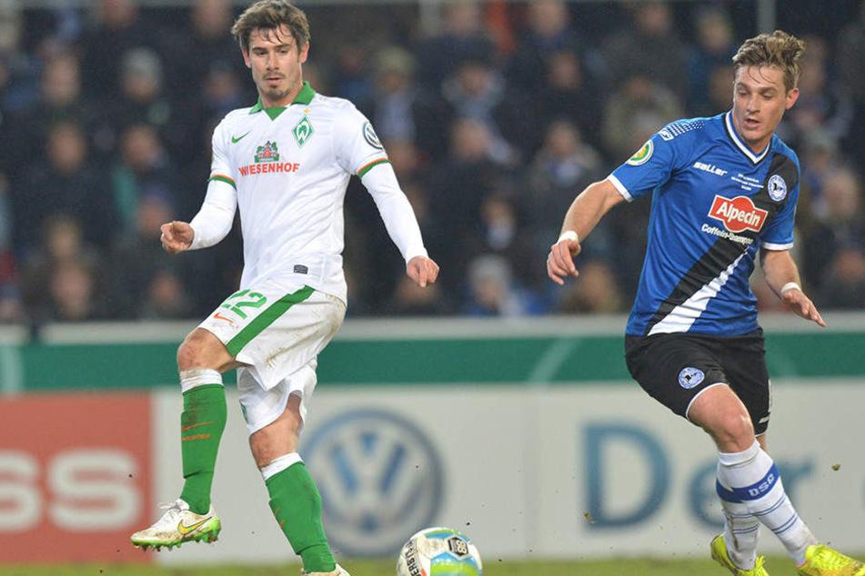Dieses Duell wird es nicht noch einmal geben: Arminias Schütz (r.) gegen Bremens Bartels.