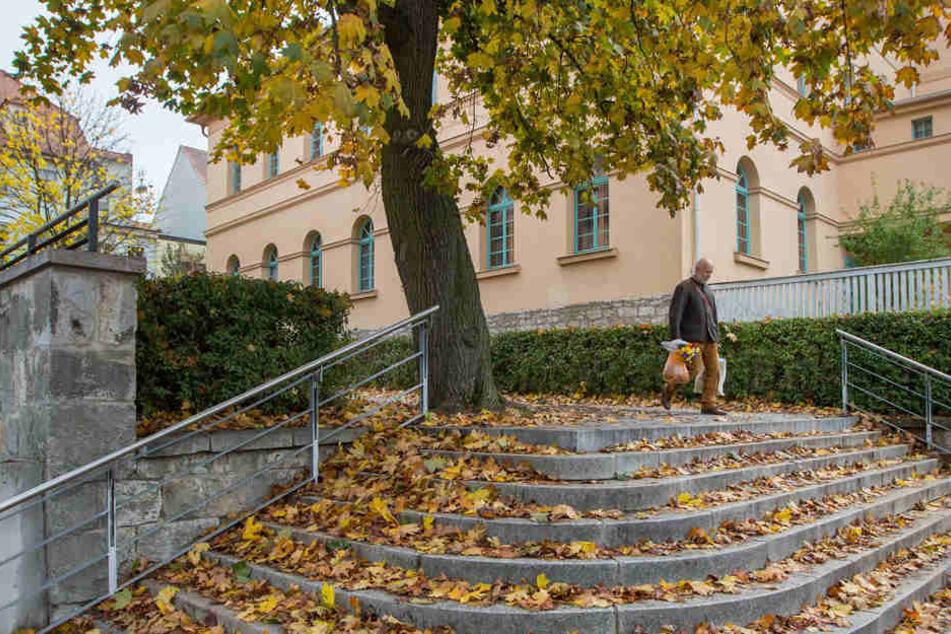 Auf einer Treppe in Weimar sammelt sich das Herbstlaub.