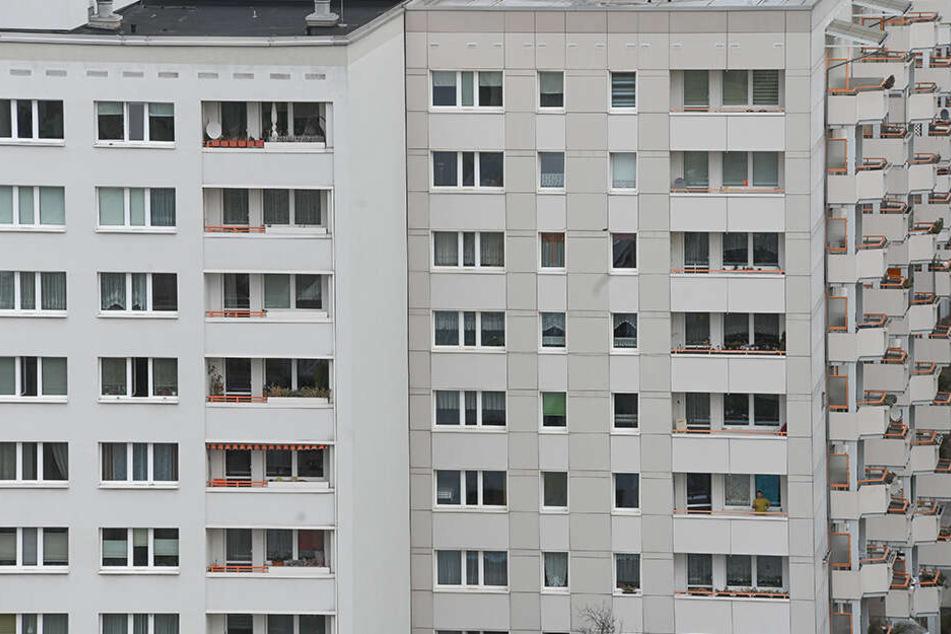 Von seinem Balkon aus zeigte der Mann den Hitlergruß und rief rechte Parolen. (Symbolbild)