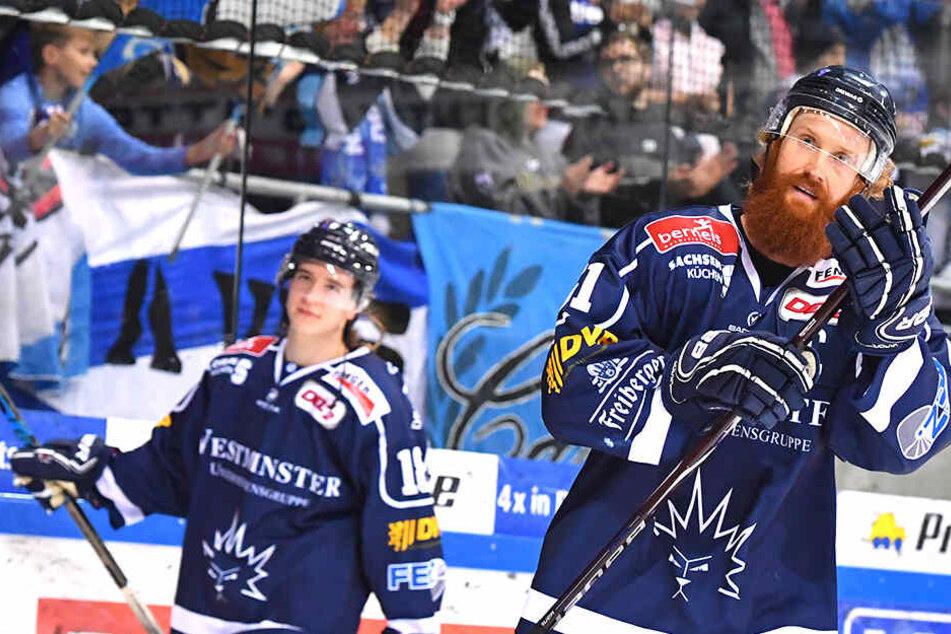 Eislöwen-Kapitän Thomas Pielmeier (r.) weiß, was die Stunde geschlagen hat und fordert in den letzten drei Hauptrunden-Spielen drei Siege