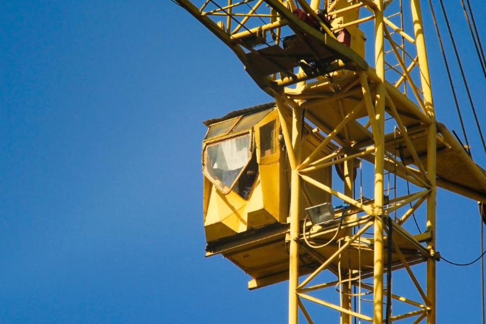 Baukran berührt Oberleitung! Stromschlag und Streckensperrung