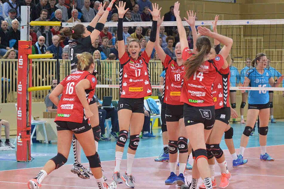 Die DSC-Volleyballerinnen feien einen gewonnenen Punkt. US-Angreiferin Gina Mancuso (17) reißt jubelnd die Arme hoch.