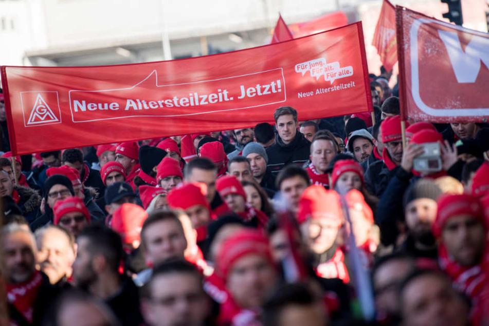 In Baden-Württemberg protestierten auch am Montag wieder Tausende Beschäftigte, wie hier vor dem Porsche-Museum in Stuttgart.