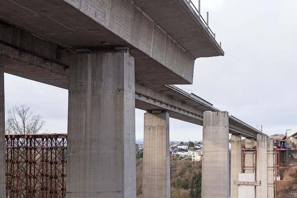 Noch immer hängen Gerüstteile von der Brücke runter. (Symbolbild)