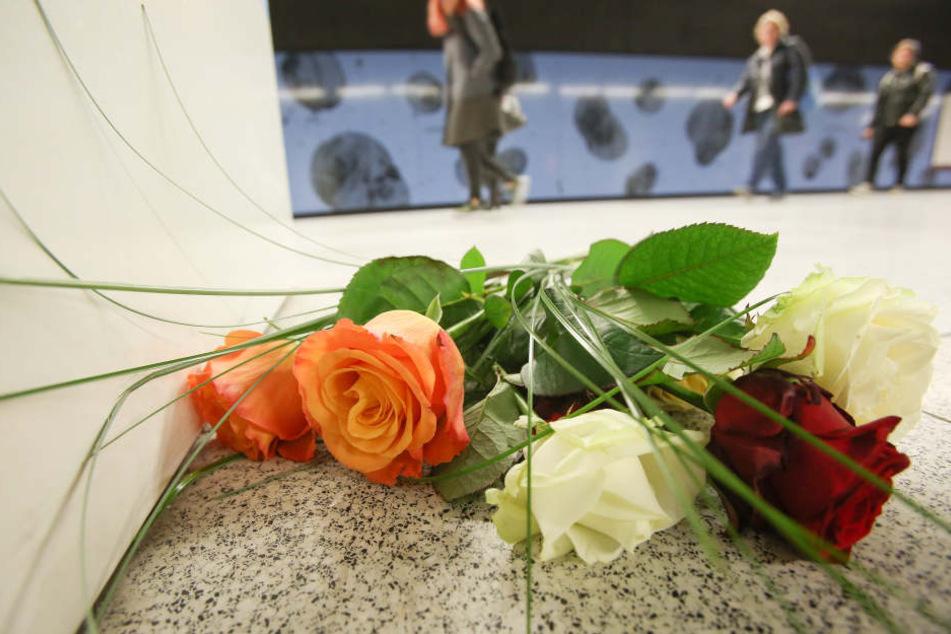 Am Freitag legten Passanten Blumen an der S-Bahnstation Jungfernstieg ab.