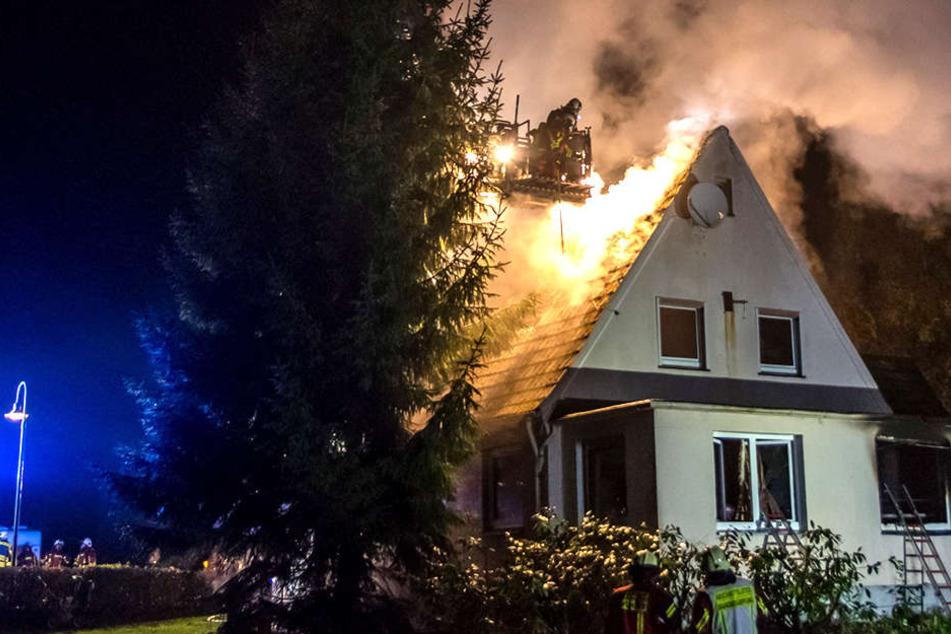 Das Feuer breitete sich schnell bis zum Dach aus.