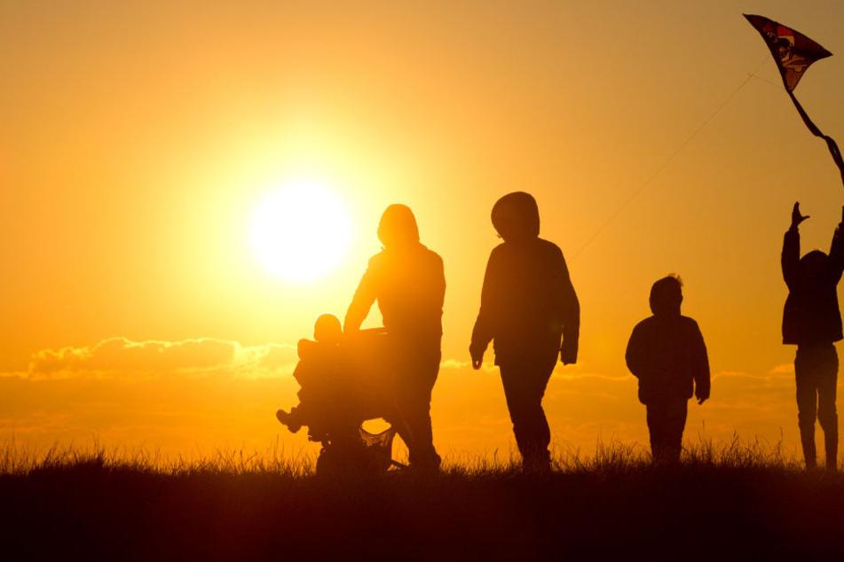 Auch Zeit mit der Familie verbringen macht glücklich. (Symbolbild)