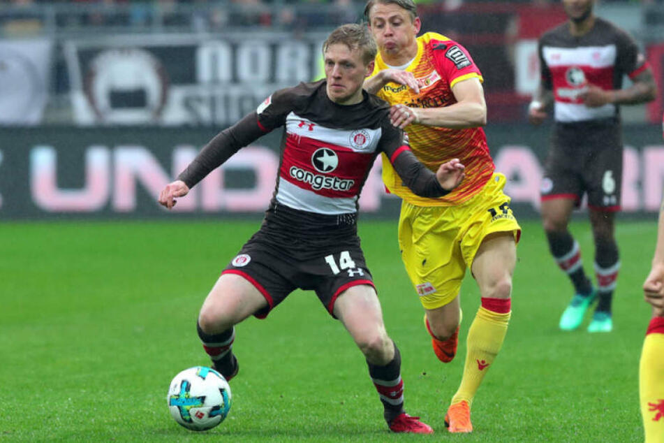 Kiez-Kicker Mats Möller Daehli (li.) im Zweikampf mit Unions Torschütze Simon Hedlund.
