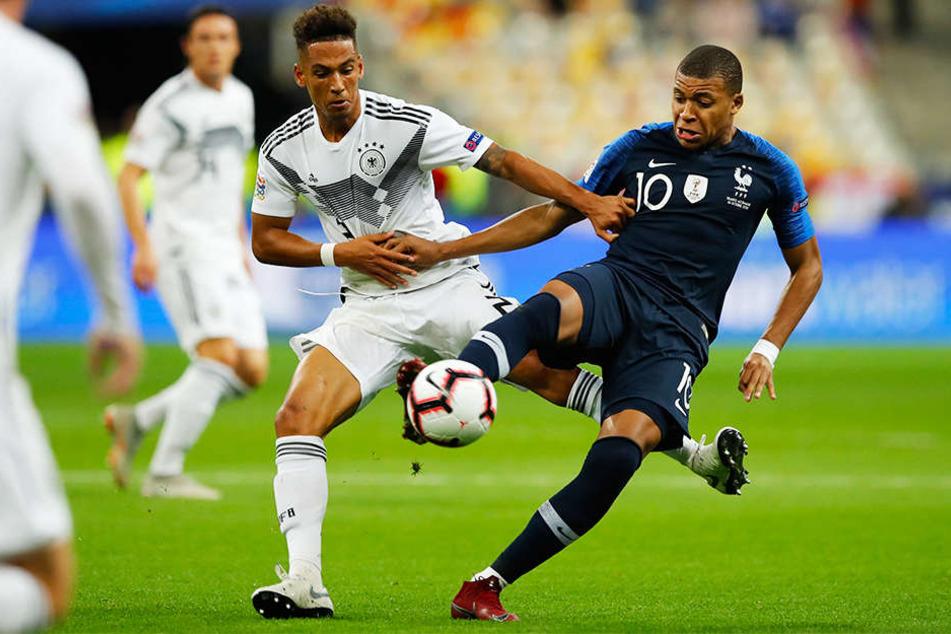 Duell der Vereinskameraden: Frankreichs Superstar Kylian Mbappé (r.) wird von Deutschlands Thilo Kehrer (l.) attackiert.
