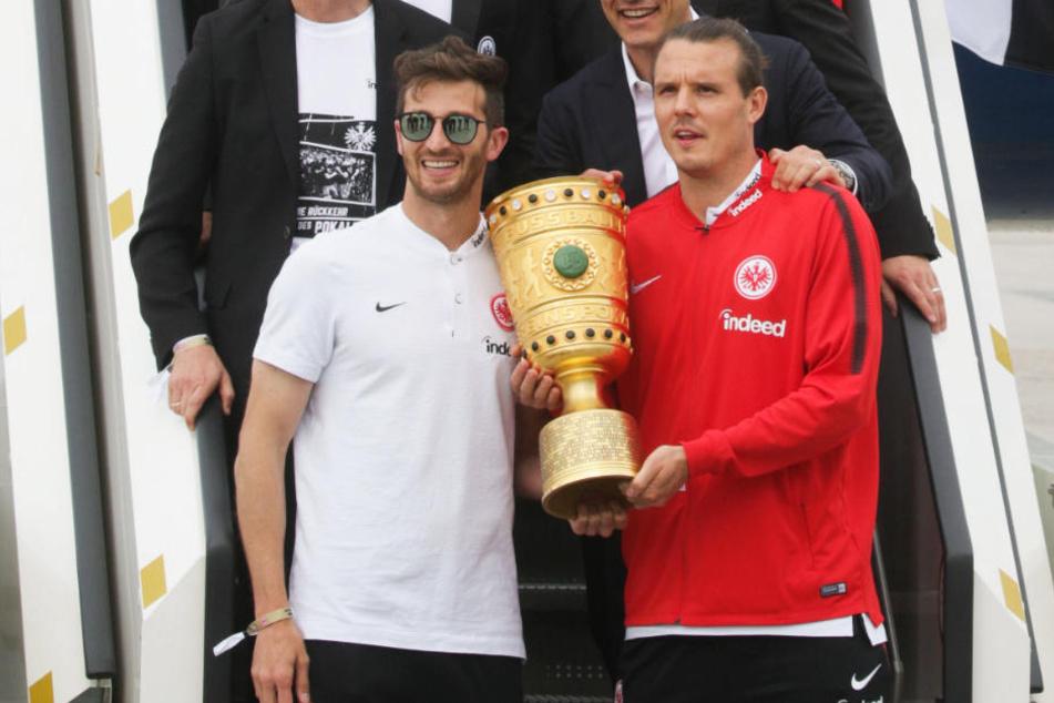 Stürmer Alexander Meier mit dem DFB-Pokal (r.), neben ihm steht Abwehrspieler David Abraham.