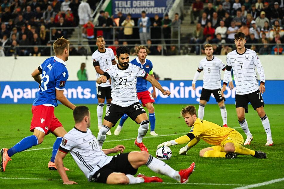 Liechtensteins Torwart Benjamin Büchel (2.v.r.) war für sein Team ein weitestgehend sicherer Rückhalt.