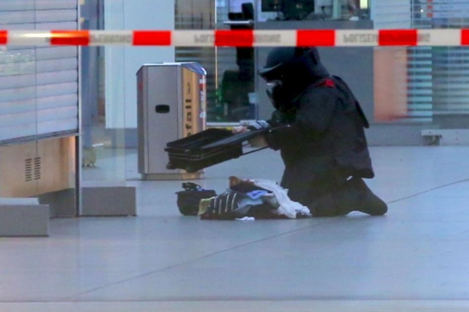 Inspektion des Koffers.