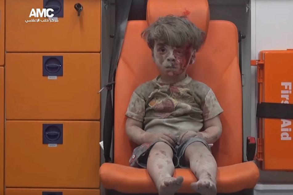 Der Kleine sitzt im Krankenwagen und starrt ins Leere.