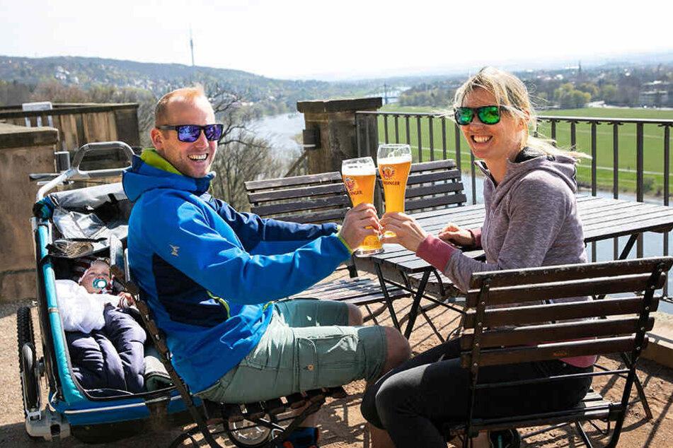 Frederik und Ina aus Soest stoßen auf der Lingnerterrasse auf das schöne Wetter an.