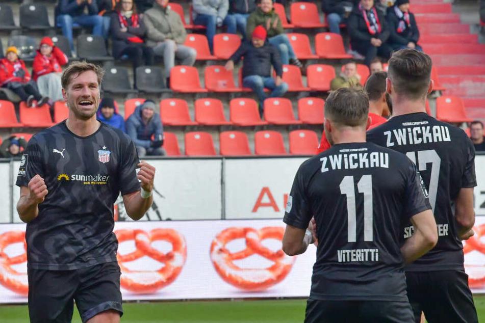 """FSV-Spieler Ronny """"King"""" König ballt nach seinem Tor in Ingolstadt die Fäuste."""
