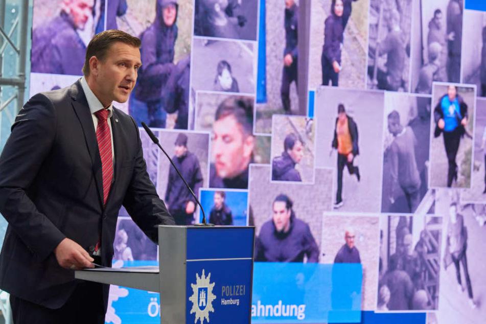 Polizeipressesprecher Timo Zill zeigte auf der Pressekonferenz einige Bilder und Vodeosequenzen.