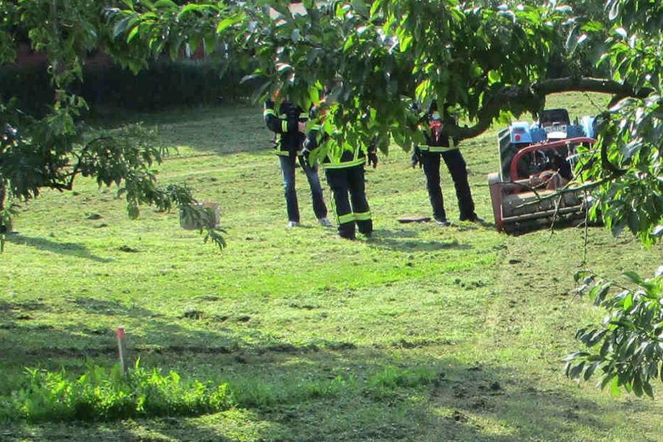 Ermittler der Polizeiinspektion Stade und Polizeibeamte aus Jork nehmen den Unfallort unter die Lupe.