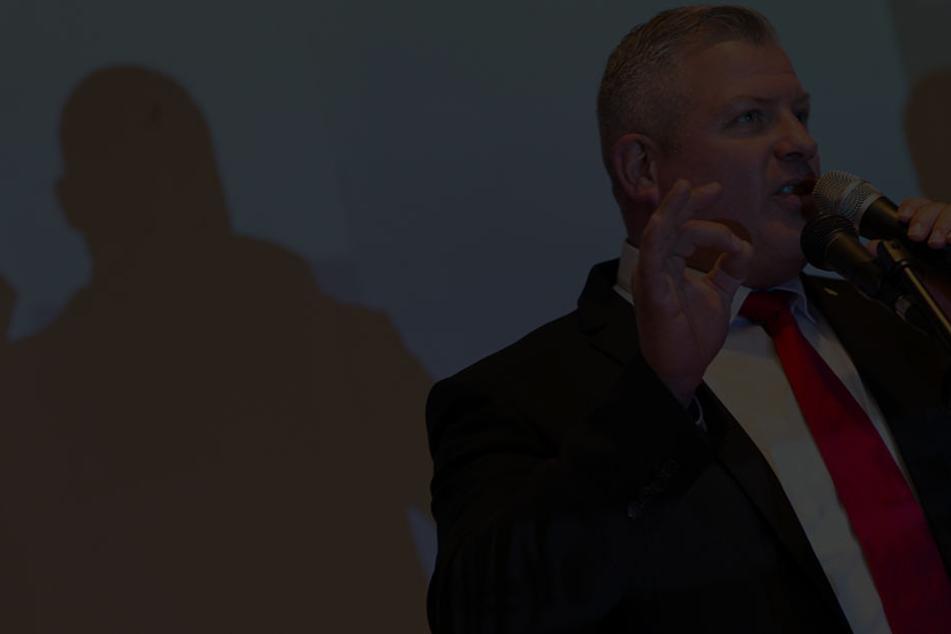 """""""Schlechte Nachrichten"""", sagte Vize-Landeschef Oliver Westphal - im Dunkeln, weil kein Live-TV und kein WLAN anlag..."""
