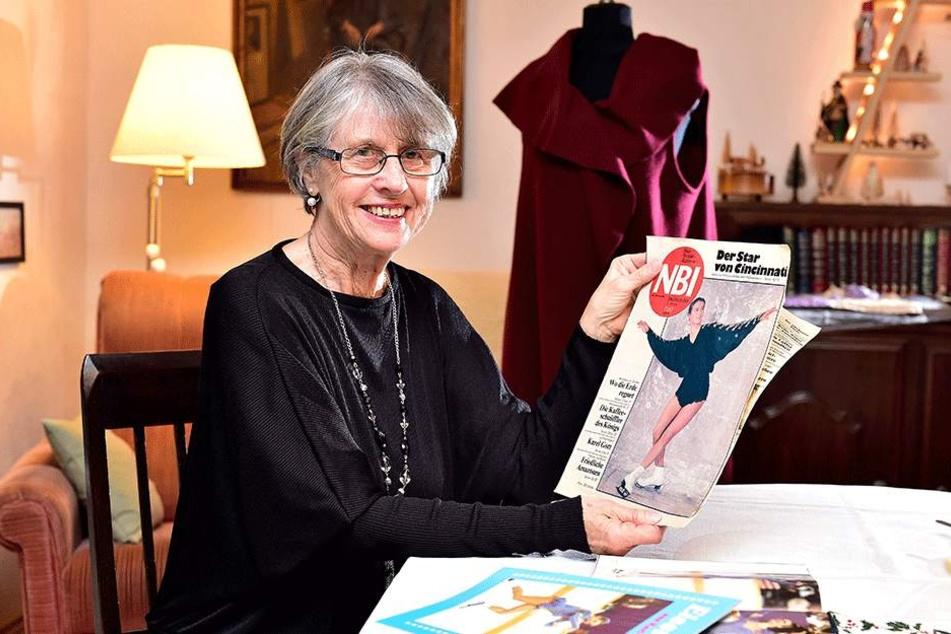 """Schneidermeisterin Barbara Langer (73) zeigt stolz die Ausgabe der """"Neuen Berliner Illustrierten"""" (NBI) aus dem Jahr 1987."""