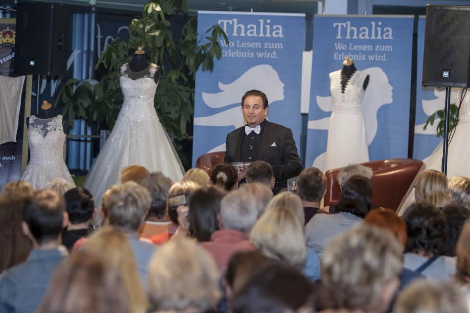 """Brautmoden-Profi & TV-Star Uwe Herrmann (54) stellt bei Thalia sein erstes Buch """"Kleider machen Bräute""""."""