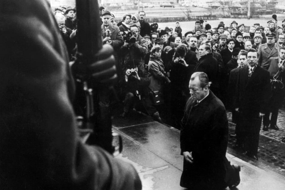 Bundeskanzler Willy Brandt kniet am 7.12.1970 vor dem Mahnmal im einstigen jüdischen Ghetto in Warschau, das den Helden des Ghetto-Aufstandes vom April 1943 gewidmet ist.