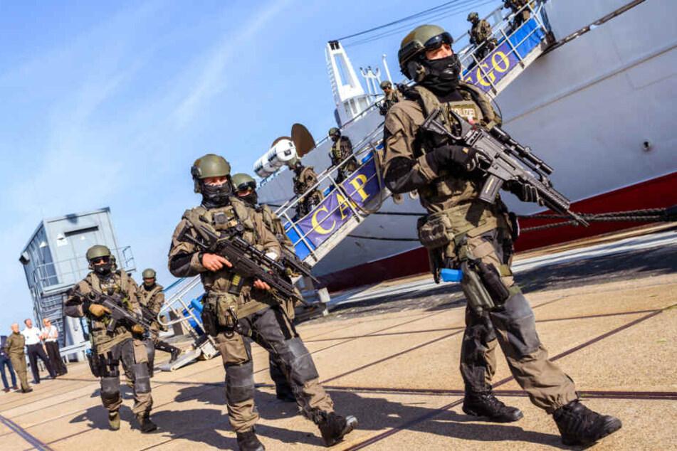 Schwer bewaffnet verließen die Einsatzkräfte das Schiff.