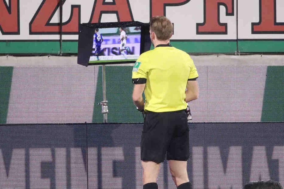 Schiedsrichter Sven Waschitzki schaute sich die Foulszene an und entschied dann auf Platzverweis.