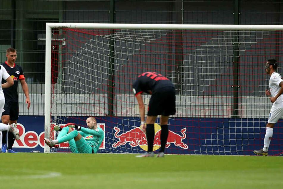 Niedergeschlagen nehmen Willi Orban, Keeper Péter Gulácsi und Fabrice Hartmann das 0:1 hin. Es kam aber noch viel schlimmer.