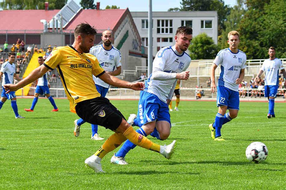 Niklas Kreuzer (l.) ist bekannt für seine schnellen Dribblings und scharfen Hereingaben. Das soll er bei Dynamo auch zukünftig unter Beweis stellen.