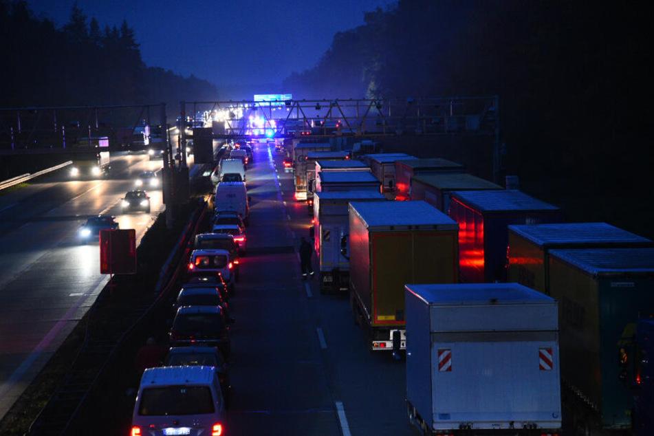 Ein Lkw verlor nach einem Unfall seine Ladung und verstreute sie auf der Fahrbahn.
