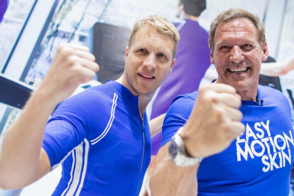 Oliver Pocher (li.) und Ralf Moeller schauen, wer den dickeren Arm hat.