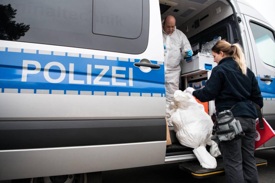 Kriminaltechniker bereiten sich auf die Untersuchung eines Tatorts vor. (Symbolbild)