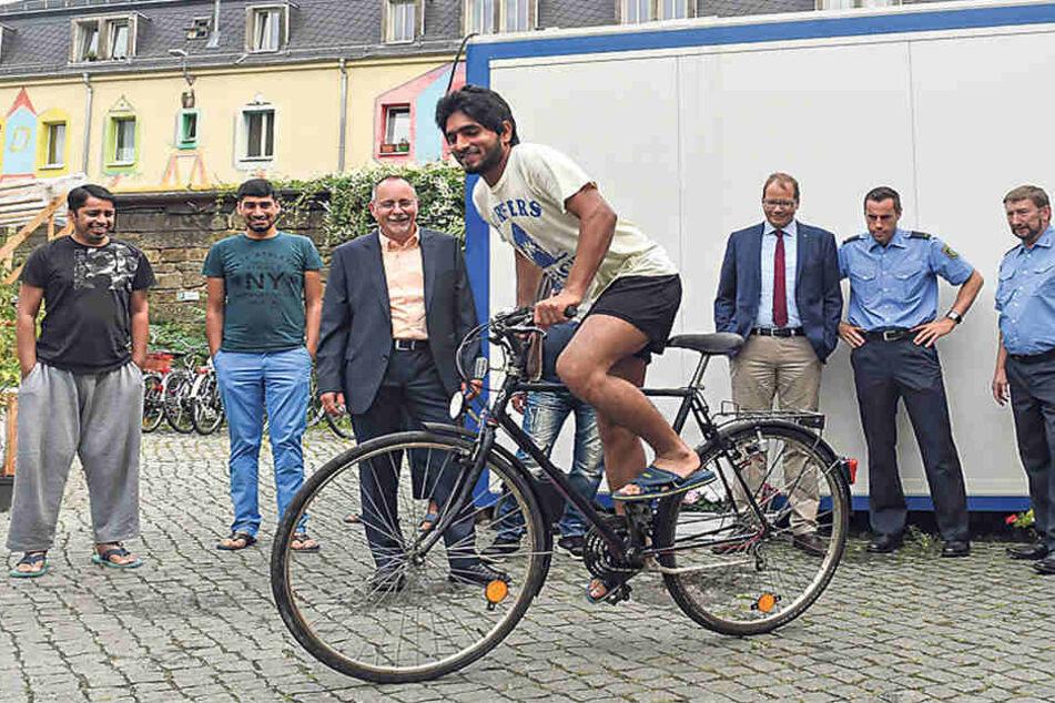 Flüchtling Said Shahbaz (21) aus Pakistan probiert eines der neuen Räder  aus.