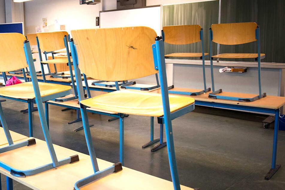 In einem leeren Klassenzimmer und im Auto hatte eine Pädagogin Geschlechtsverkehr mit einem Teenie.