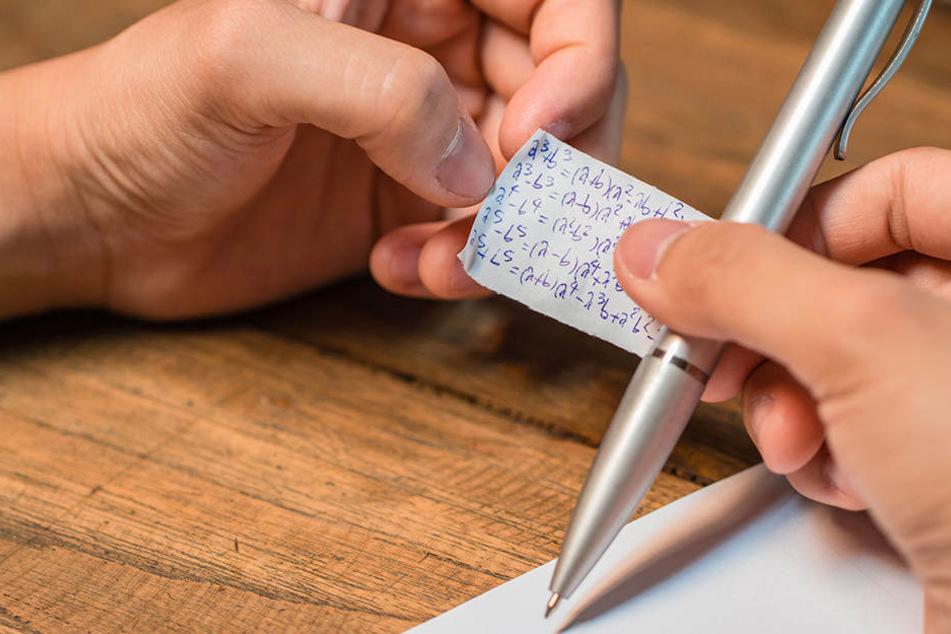 Der Spickzettel wird dem Studenten nun die Karriere kosten. (Symbolbild)