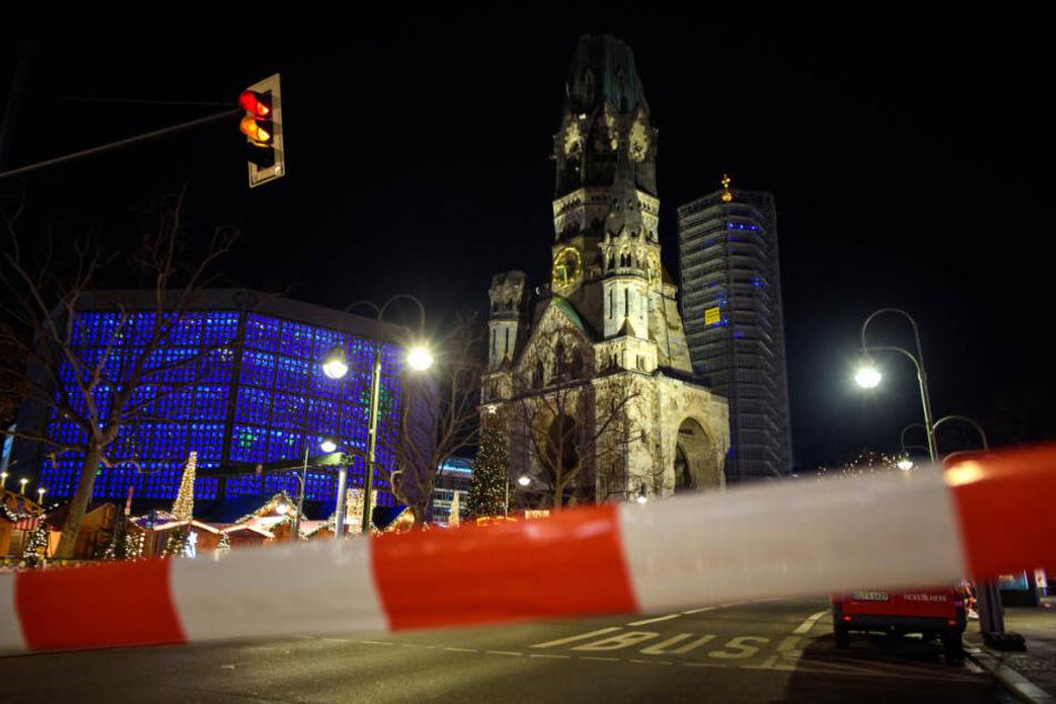 Nach Hinweisen auf einen möglicherweise verdächtigen Gegenstand hat die Polizei am Samstagabend den Berliner Weihnachtsmarkt an der Gedächtniskirche geräumt.