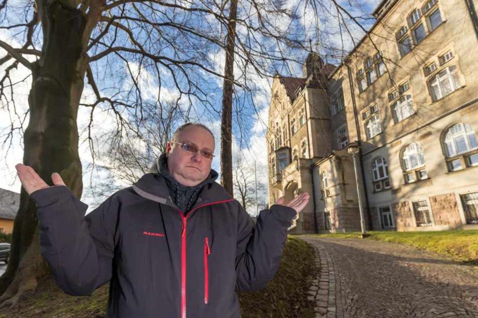 Vater Sven Schliefke (46) kritisiert den massiven Unterrichtsausfall an der Grundschule Siegmar.