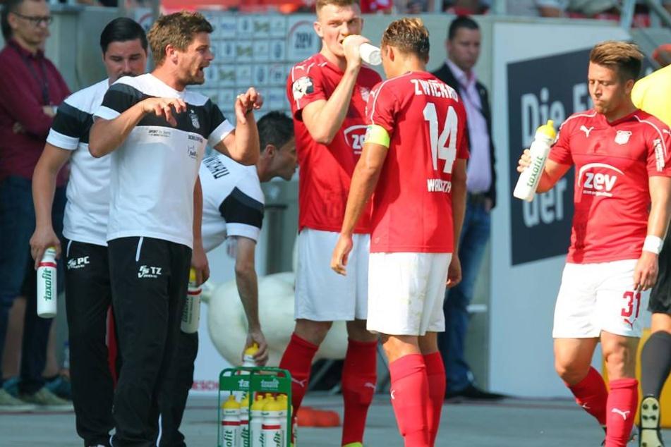Torsten Ziegner (2. v. l.) im Gespräch mit seinen Jungs.