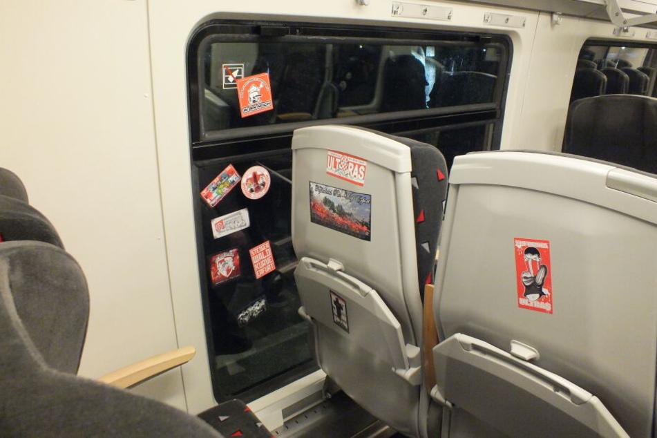 In gleich zwei Zügen wurden Aufkleber verteilt, das Innere beschmiert und die Züge vermüllt zurückgelassen. Zudem beschädigten die Lok-Anhänger mehr als 50 Autos in Erfurt.