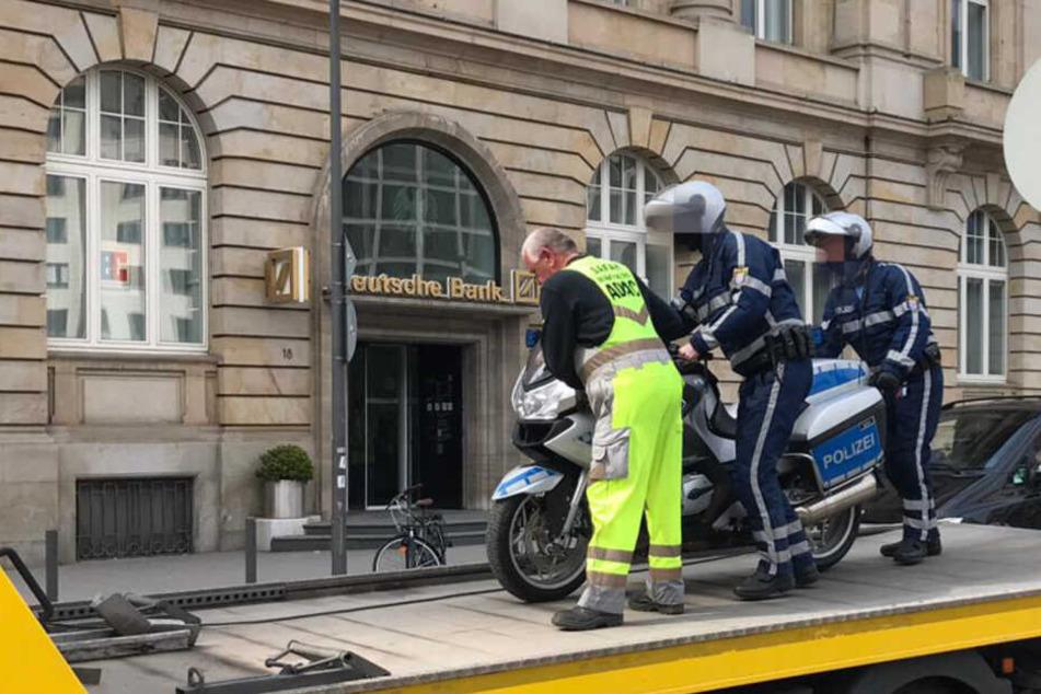 Ordnungshüter als Verkehrssünder? Polizei-Motorrad hängt am Abschlepp-Haken