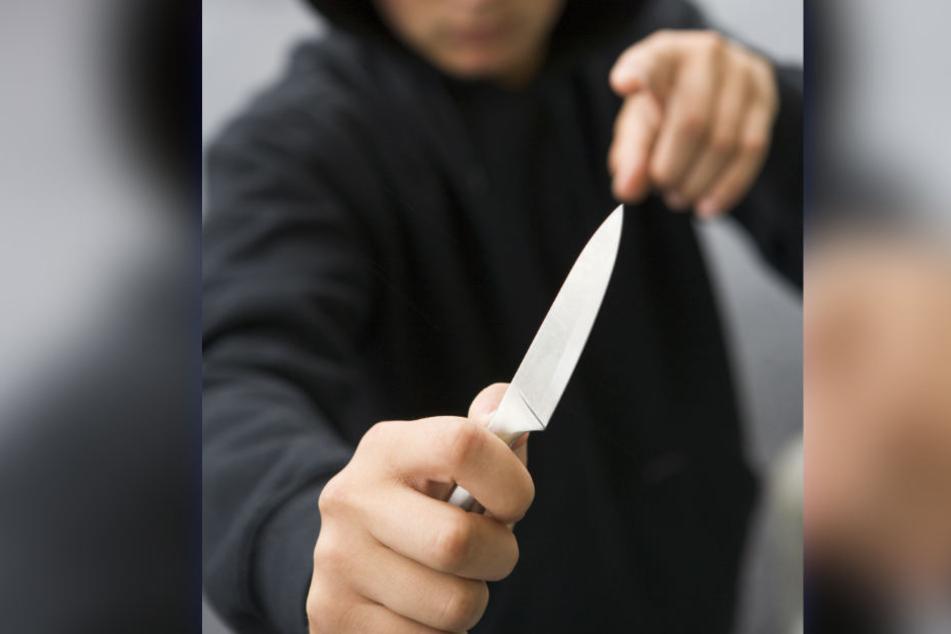 Die Jungen bedrohten den Mann mit Küchenmessern. (Symbolbild)